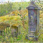 庚申塔:地元の神社で。参道の脇に、こんな古い塔がありました。