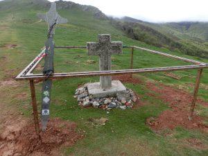 山頂の入り口には十字架