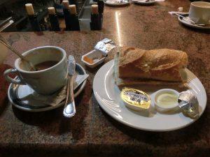 カフェオレとトーストの朝食