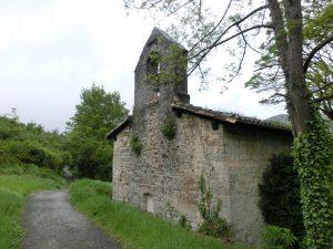 古い教会の横を通る