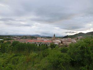 プエンテ・ラ・レイナの町を見下ろす