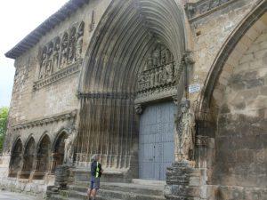 聖墳墓教会のファサードを見上げる巡礼者