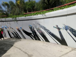 巡礼者たちが描かれている壁の絵