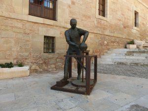 町の中の彫刻