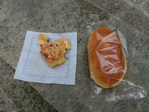 鶏の形をしたパン(左)