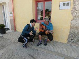 韓国の男性とギターを弾く巡礼者