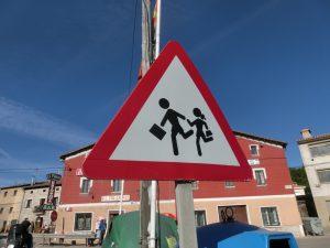 ダイナミックな通学路の標識