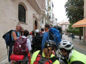 アルベルゲの前で待機する人たち