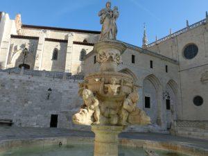 広場の前の噴水