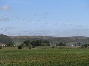 遠くでは風車が回っている