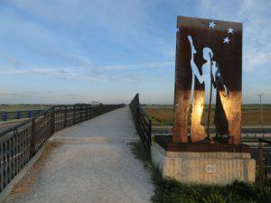 鉄の板を切り抜いて作られた巡礼者像