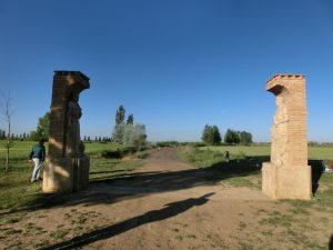 町の入り口の門