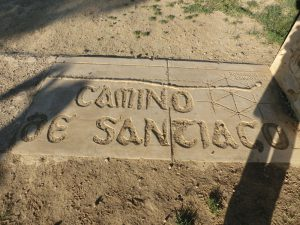 足元には「カミーノ・デ・サンティアゴ」