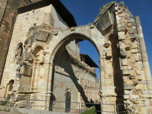 崩れた教会の門