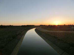 用水路の向こうから日が昇ってきた