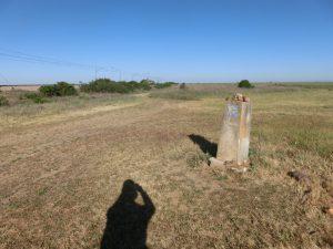 唐突にたたずむ石碑