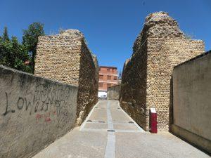 古い城壁の間を通る