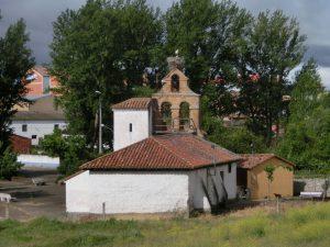 教会の上にコウノトリの巣