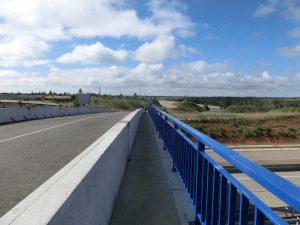 橋を通って高速道路を渡る
