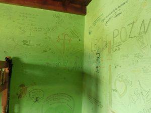 落書きだらけのアルベルゲの室内