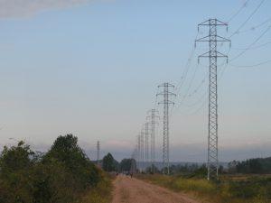 巡礼路と背の高い鉄塔