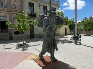 アルベルゲの前の巡礼者像