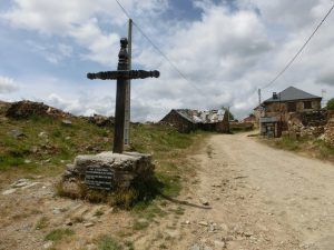 町の入り口に立つ十字架