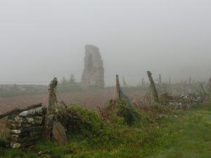 崩れた建物の跡
