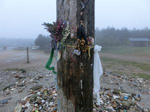 柱には花がくくりつけられていた