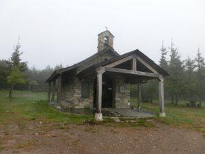 鉄の十字架の近くの教会