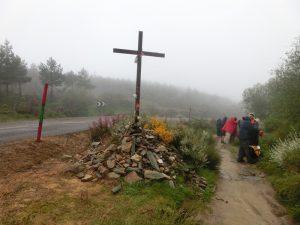 峠の近くの十字架