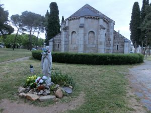 教会とマリア像