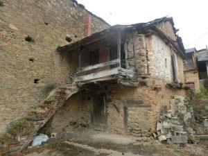 途中の集落の廃屋
