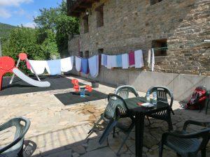 遊具と洗濯物のシーツ