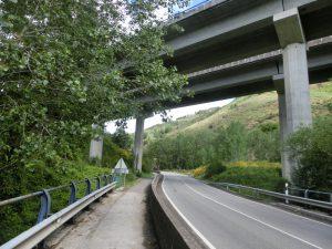 高速道路の下をくぐる