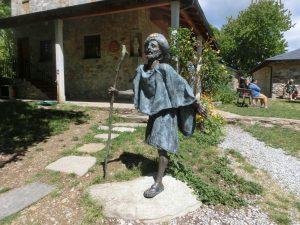 アルベルゲ前の巡礼者の像