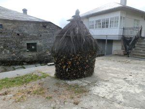 特徴的な積み方の薪