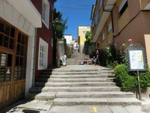 アルベルゲに続く階段を登る