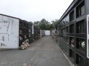 ブロックが並んでいる墓地