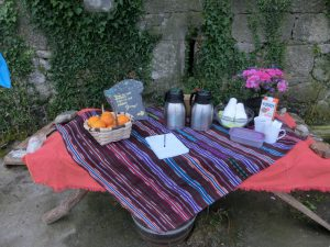 民家の前の果物や飲み物