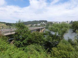 橋を渡ってポルトマリンの町へ