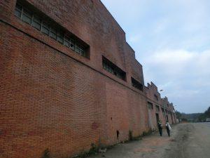 レンガ造りの工場の横を通る