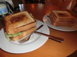 昼食のサンドイッチ