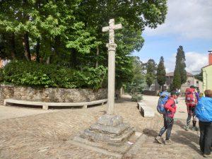 町の出口の十字架