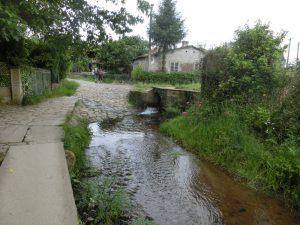 用水路の横を通る