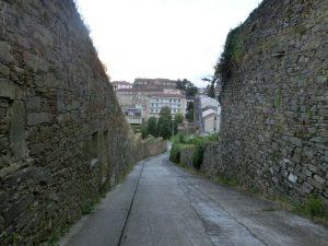 石垣の間の下り坂
