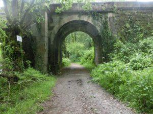 石のトンネルの下をくぐる