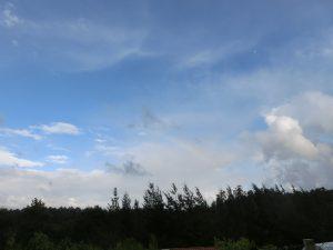 うっすらと虹が出ている