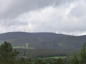 山の上で風車が回っている