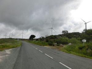 風車が遠くで回っている